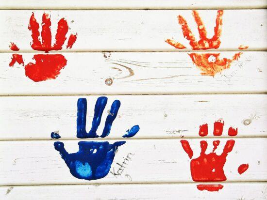 Twoje dziecko uwielbia rysować po ścianach? Sprawdź, jak temu zaradzić!